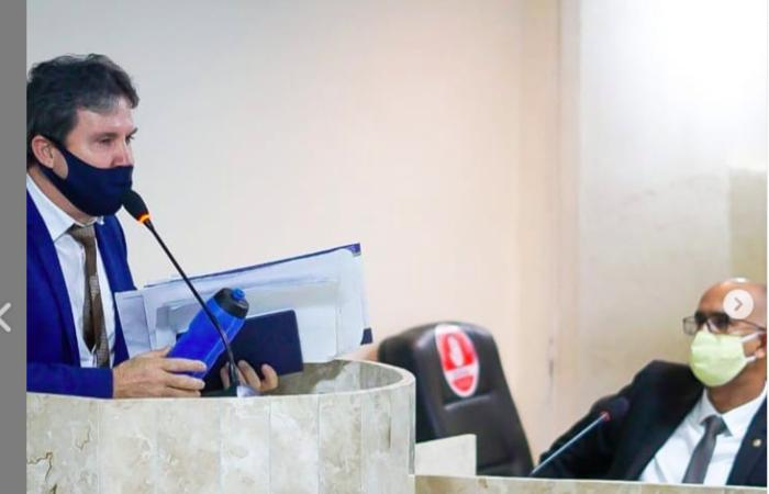 Vereador Roberto da Loteria e Toninho, durante sessão plenária (Reprodução/ Instagram)