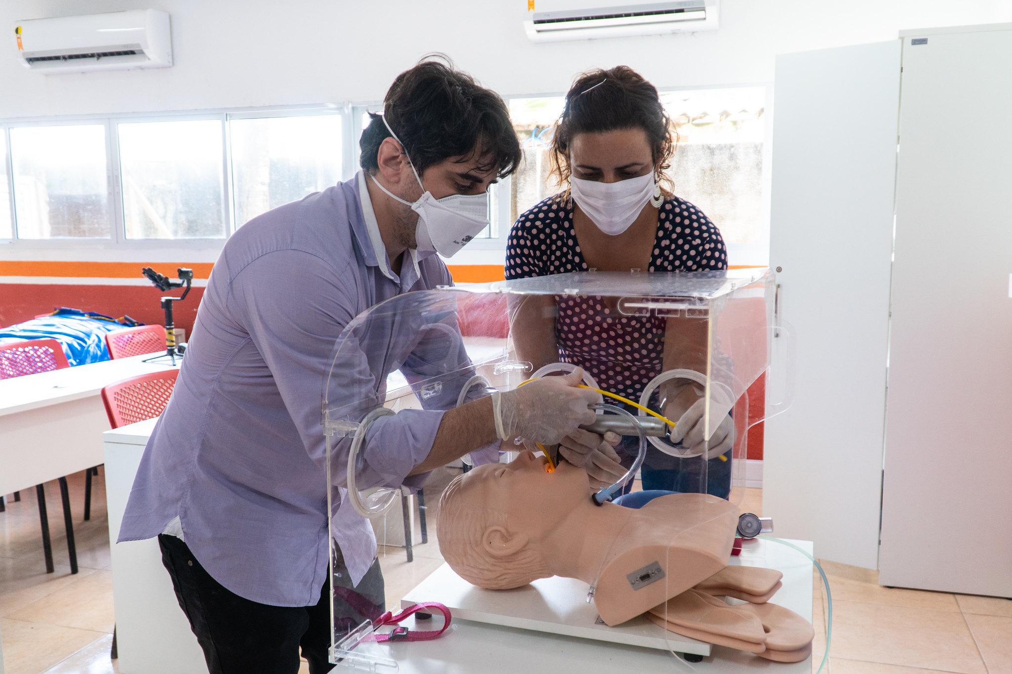 Caixas aerossol e protetores faciais que foram doados a três municípios do estado tiveram produção financiada pela Fundação Mozilla (Rostand Costa/ Divulgação)