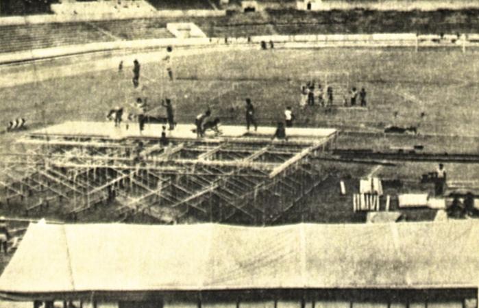 Construção de palco no Arruda, em 28 de fevereiro de 1985 (Foto: Arquivo DP)
