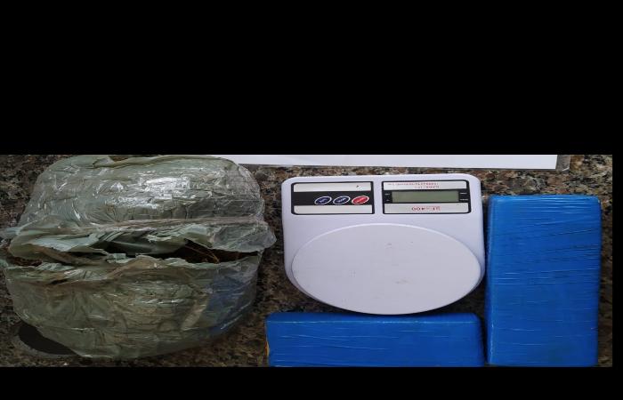 Uma equipe da 3ª CIPM prendeu um homem, neste sábado (29), com dois quilos de maconha e 10 trouxas de cocaína (Foto: Divulgação PM)