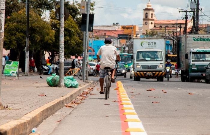 A primeira faixa exclusiva para bicicletas já está funcionando na Avenida  Historiador Pereira da Costa, no centro.  (PMCSA Divulgacao)