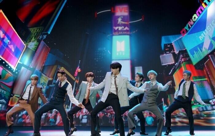 BTS se apresentando no VMA do último domingo (30) (Foto: MTV/Reprodução)