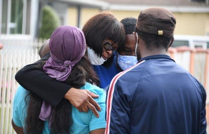 A tia de Kizzee, Fletcher Fair, fala em entrevista coletiva no local onde seu sobrinho foi morto pela polícia de Los Angeles (Foto: Robyn Beck / AFP  )