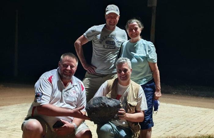André Moutinho com outros pesquisadores junto ao meteorito gigante encontrado em Santa Filomena. (Foto: Reprodução/Facebook.)