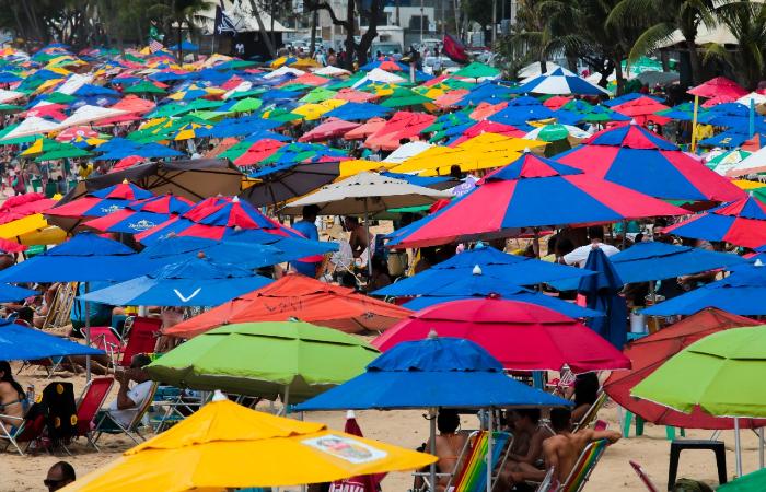 Muita gente foi até a Praia de Boa Viagem no feriadão de 7 de Setembro. (Foto: Tarciso Augusto/Esp. DP.)