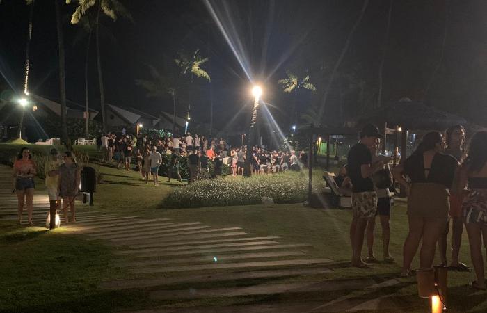 Festa com aglomeração de jovens estava acontecendo no condomínio, antes da PM e da Guarda Civil chegarem no local. (Foto: Reprodução/WhatsApp.)