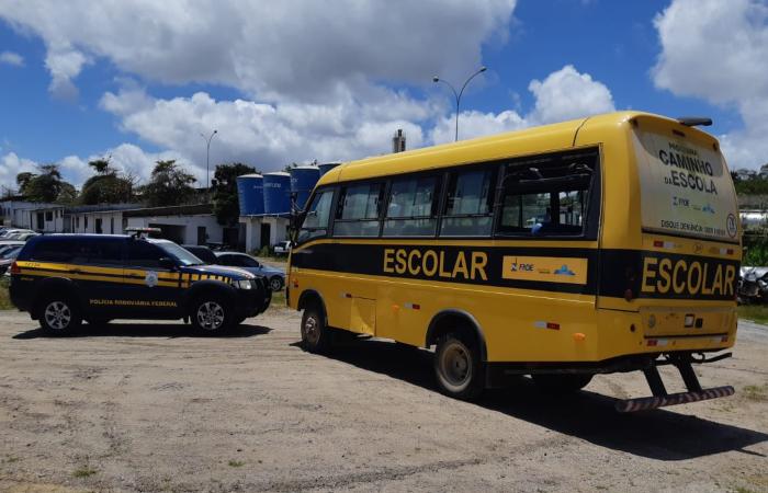 Motorista era inabilitado e o veículo é utilizado por prefeitura para transporte de estudantes. (Foto: Reprodução/PRF.)