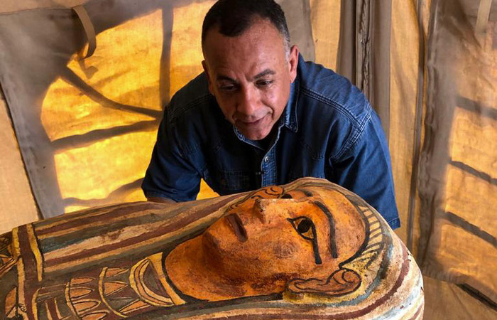 Os sarcófagos estavam no fundo de um poço no sudoeste do Cairo (Foto: Egyptian Ministry of Antiquities/AFP  )