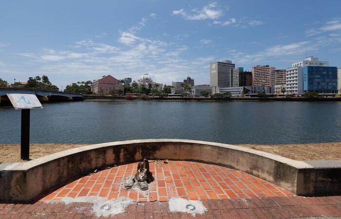 A recuperação de monumentos, pontes e edificações públicas que sofreram ações de pichações e vandalismo tem um custo de R$ 2 milhões por ano. (Foto: Leandro de Santana/ DP)