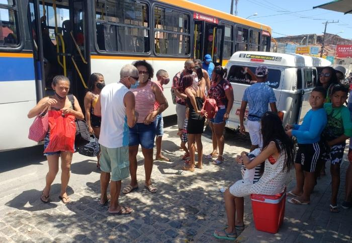 Passageiros ficam aglomerados durante embarque e desembarque dos ônibus. (Foto: Peu Ricardo/DP.)