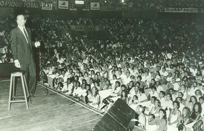 Julio Iglesias se apresentou no Geraldão em 22 de janeiro de 1988.  (Foto: Edvaldo Rodrigues/Arquivo DP)