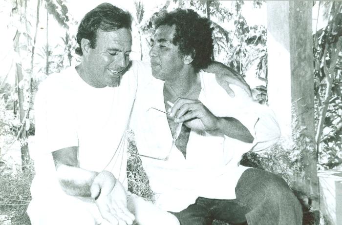 Registro do encontro de Julio Iglesias e Reginaldo Rossi, em 1991 (Foto: Fernando Gusmão/Arquivo DP)