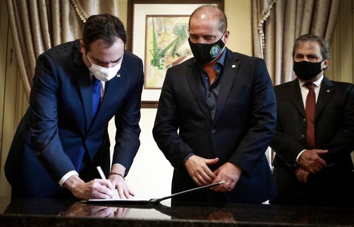 Paulo Câmara e Onyx Lorenzoni assinaram aporte no Palácio do Campo das Princesas. (Foto: Heudes Regis/SEI/Divulgação)