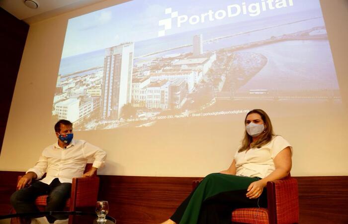 (A candidata do PT foi recebida pelo presidente do Porto Digital, Pierre Lucena. Foto: Divulgação)