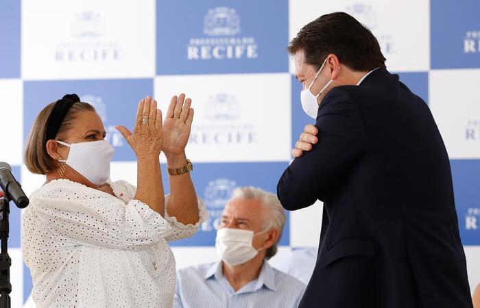 Prefeito Geraldo Júlio e a Representante da Pessoa Idosa, Lenilta Garcia. (Foto: Leandro de Santana/ DP)