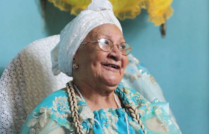Mãe Terezinha Bulhões é uma das ialorixás e juremeiras mais antigas do estado (Foto: Angola Filmes/Divulgação)