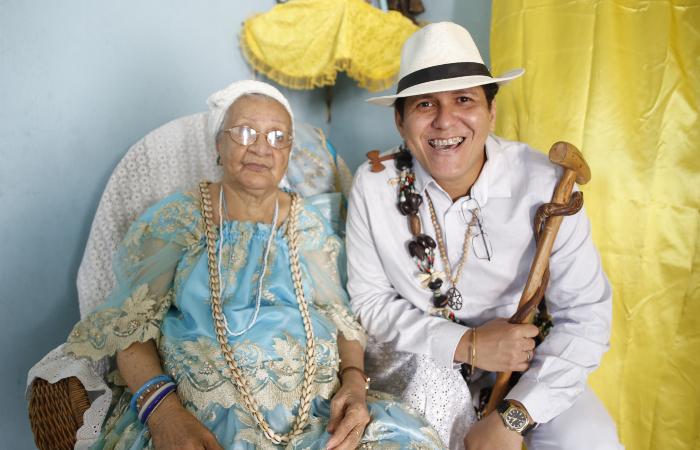 Mãe Terezinha Bulhões e Alexandre L'Omi L'Odò, diretor do documentário (Foto: Angola Filmes/Divulgação)