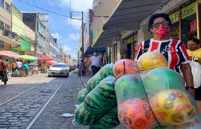 Dona Ilza conta que sentiu a alta no preço dos brinquedos neste ano.  (Foto: Thays Martins/ DP)