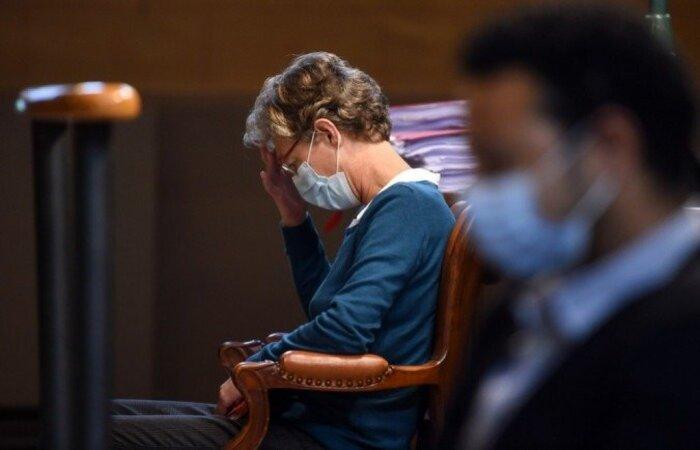 A anestesista belga Helga Wauters está sentada no tribunal em Pau em 8 de outubro de 2020, momentos antes do início de seu julgamento por homicídio culposo (Foto: GAIZKA IROZ / AFP)