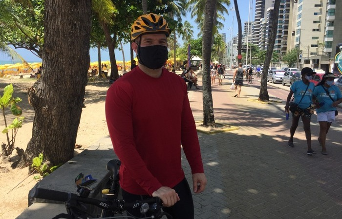 O professor Mauro Alexandre vai à praia de Boa Viagem sempre aos domingos pedalar na ciclovia e evita aglomerações  (Foto: Peu Ricardo/DP FOTO)
