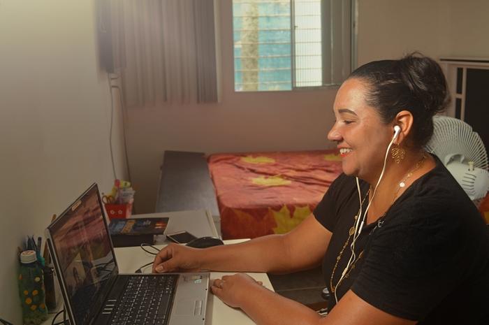 Professora Midiam Souza, 42 anos, dá aulas remotas (Gilson Santana/Arquivo pessoal)