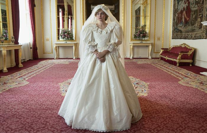 A atriz Emma Corrin usa réplica quase perfeita do vestido de casamento da princesa Diana (Foto: Des Willie/Netflix)