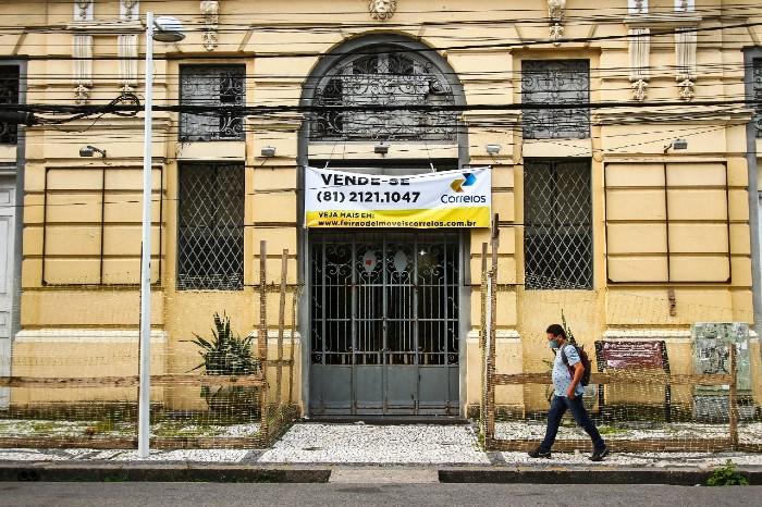 Sem uso, o prédio dos Correios da Av. Marquês de Olinda com a Rua Madre de Deus irá a leilão. (Foto: Bruna Costa / Esp. DP FOTO)
