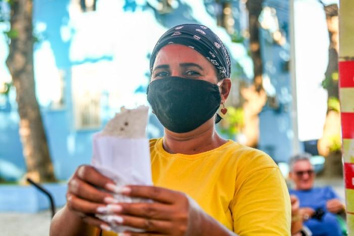 A tapioqueira Rosemeri Maria trabalha há 17 anos na Feira do Bom Jesus. (Foto: Bruna Costa / Esp. DP FOTO)