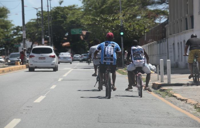(Nas vias mais movimentadas, ciclistas dividem espaço com carros, ônibus e motos. Foto: Arnaldo Sete/Esp.DP )
