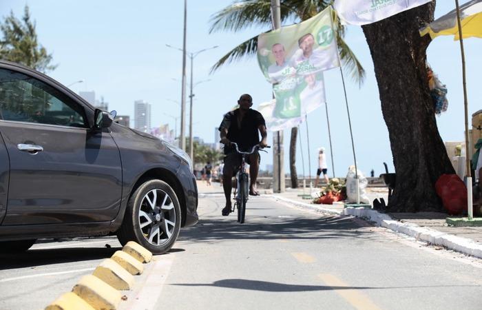 (Na orla de Olinda, motoristas furam o bloqueio e invadem ciclofaixa. Ciclistas são obrigados a desviar. Foto: Arnaldo Sete/Esp.DP. )