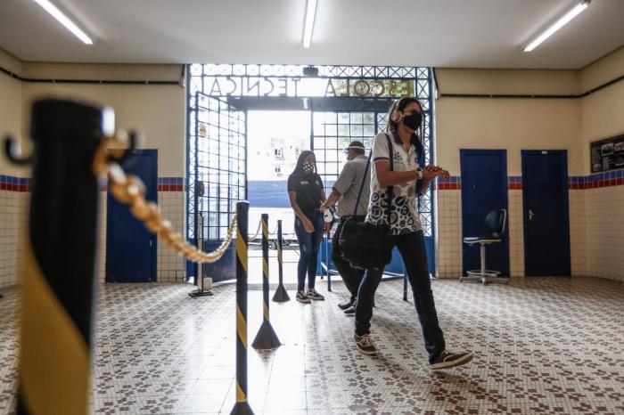 Alunos voltam às aulas na Escola Técnica Estadual Cícero Dias. (Foto: Paulo Paiva/DP.)