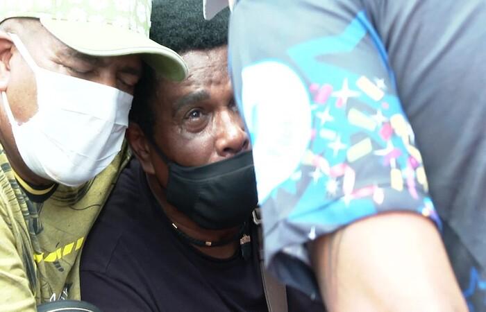 Neguinho da Beija-Flor é amparado por amigos no enterro do neto Gabriel (Foto: Reprodução/TV Globo)