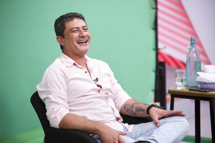 Tom Veiga em depoimento ao Memória Globo, 2019. (Foto: Fabrício Mota/Globo)