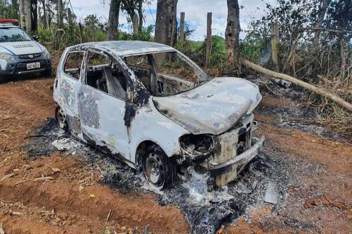 Carro da vítima foi incendiado pelos criminosos. (Foto: Polícia Civil de Minas Gerais/Divulgação)