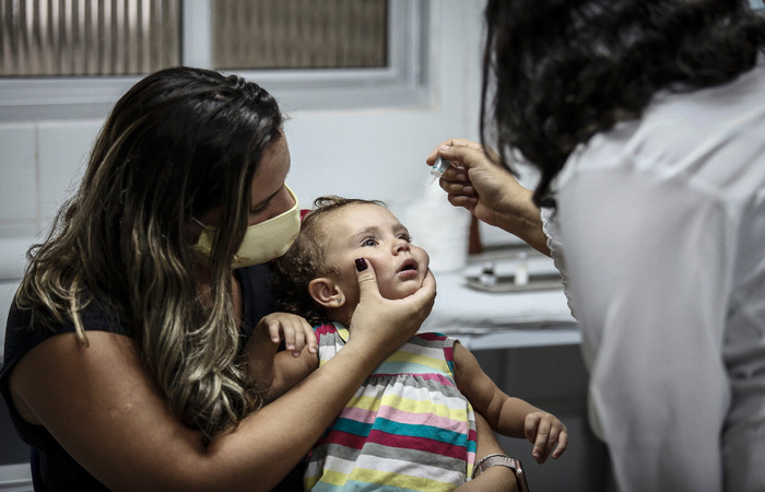 Luiza Hublet, de 1 ano e 5 meses, tomando as gotinhas de imunização contra poliomielite. (Foto: Paulo Paiva / DP FOTO)