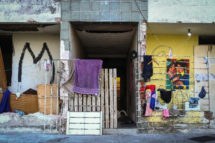 O prédio Marquês Felipe, 815, em Jardim Atlântico, está abandonado há mais de 15 anos e já sofreu por diversas invasões. Hoje, está sendo ocupado por cerca de 6 famílias. (Foto: Bruna Costa / Esp. DP FOTO)