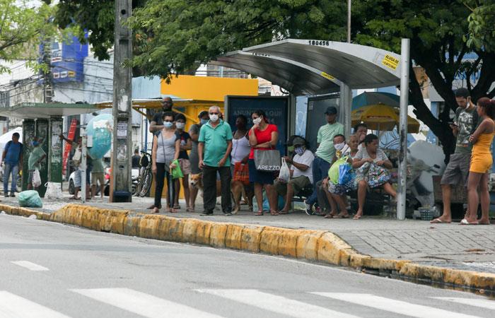 Passageiros aguardam ônibus em parada ((Leandro de Santana / Esp. DP))