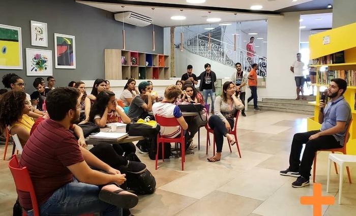 Jornalistas do Projeto Eficientes dando palestra aos alunos do Curso Fernanda Pessoa (Foto: Divulgação)