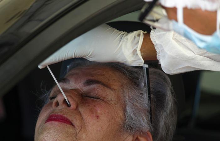 As irmãs Lúcia Helena Assis, 75, e Zélia Assis, 82, foram de carro até o Geraldão para fazer o teste da Covid-19 devido ao contato que tiveram com a neta e sobrinha, respectivamente (Foto: Sandy James / Esp. DP FOTO)