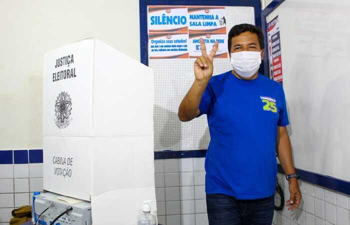 Mendonça votou em um colégio particular em Boa Viagem, Zona Sul do Recife. (Foto: Sandy James / Esp. DP FOTO)