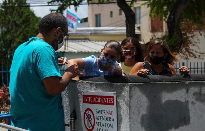 Melriene Souza e sua família utilizando o velário.  (Foto: Sandy James/ Esp. DP)