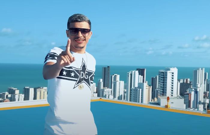 Clipe teve imagens gravadas em Boa Viagem, na Zona Sul do Recife (Foto: YouTube/Reprodução)