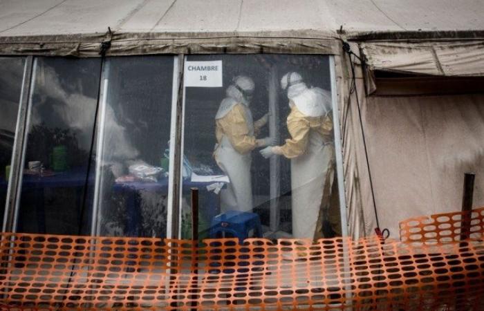 (Foto tirada em 09 de março de 2019. Trabalhadores da saúde são vistos dentro da 'zona vermelha' de um centro de tratamento de ebola. - Crédito: AFP / JOHN WESSELS)