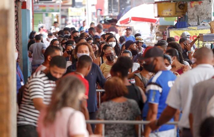 Aglomeração a entrada de uma loja no Centro do Recife. (Foto: Leandro de Santana/ DP)