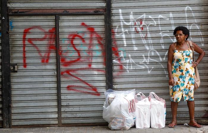 Grena acompanhou a filha para comprar produtos pontuais que não estavam com desconto.  (Foto: Leandro de Santana/ DP)