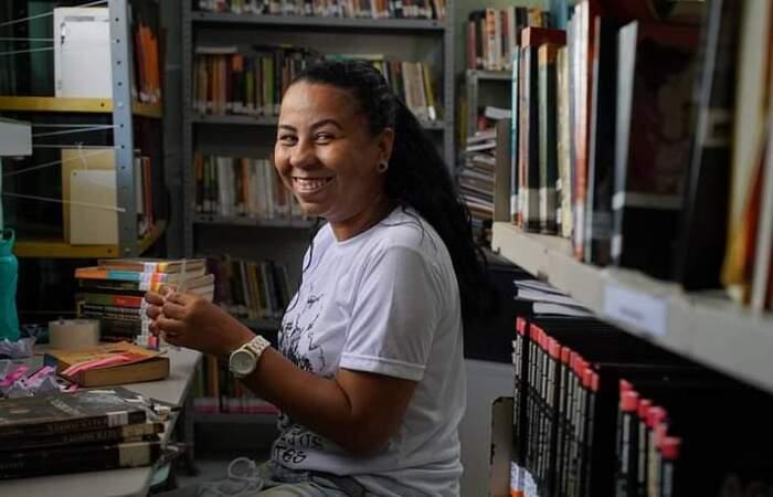 Bibliotecária voluntária Jaqueline Silva (Fiona Forte/Divulgação)