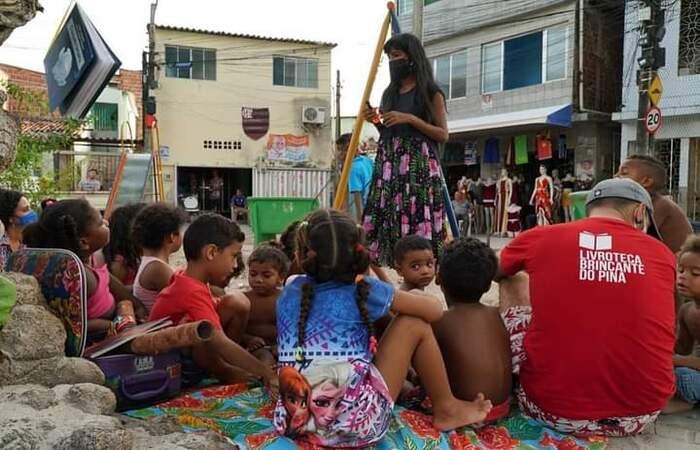 A voluntária Magda Alves no Piquenique Literário. (Fiona Forte/Divulgação)