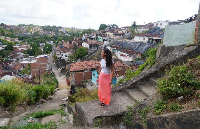 Domitila Barros na Linha do Tiro, bairro onde cresceu (Foto: Divulgação)