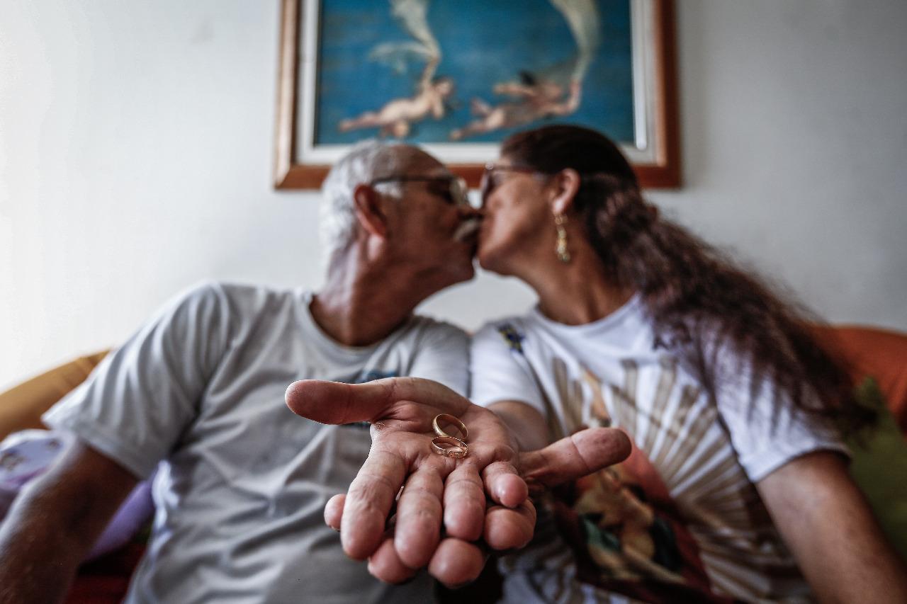 Valdir Soares e Andreia da Costa, juntos, após árduo período de enfrentamento à Covid-19 (Foto: Paulo Paiva/DP)
