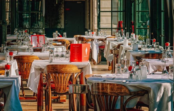 Bares e restaurantes ficaram sem receber clientes, funcionando apenas com delivery ou retirada. (Foto: Pixabay/Reprodução)